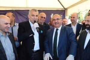 Başkan Hasan Can ve AK Parti İstanbul Milletvekili Metin Külünk Ümraniye'de Vatandaşlara Aşure İkram Etti