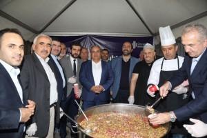 Ümraniye Belediyesi Ihlamurkuyu Merkez Cami ve Altınşehir Mahallesinde Aşure İkram Etti