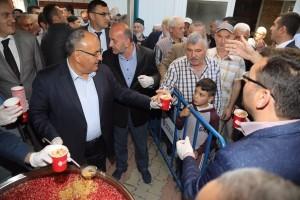 Ümraniye Belediyesi Bugün 3 Farklı Noktada Vatandaşlara Aşure İkramında Bulundu