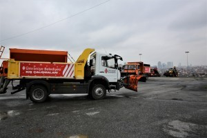 Ümraniye Belediyesi'nin Kar Küreme ve Tuzlama Araçları Göreve Hazır
