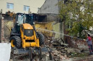 Çevre Sağlığını Tehdit Eden Bina Yıkıldı