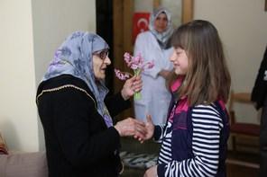 Ümraniye Belediyesi Kent Konseyi Çocuk Meclisi Yaşlıları Ziyaret Etti